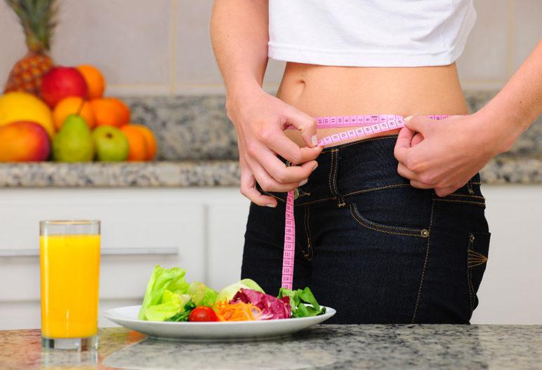 Una buena alimentación debe acompañar a los ejercicios para reducir cintura. (iStock).