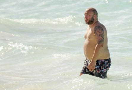 Kiko Rivera disfruta de la playa (JORGE OGALLA GTRES)
