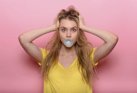Jamás pensarías que comer chicle te ayudaría tanto (iStock)