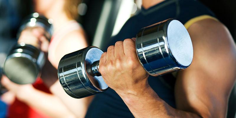 Curl de bíceps con mancuernas (iStock)