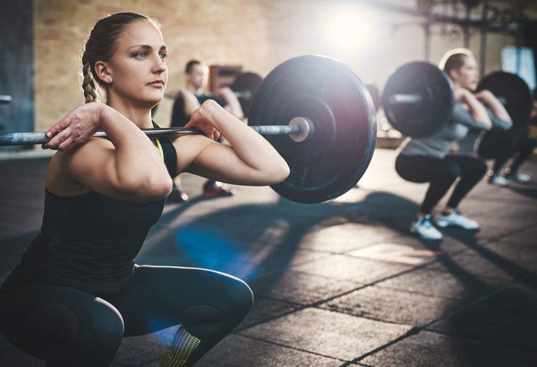 Las sentadillas con barra son uno de los ejercicios para ganar fuerza practicando crossfit (iStock)