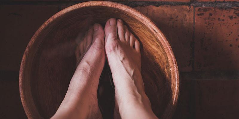Meter los pies en agua con vinagre y sal (iStock)