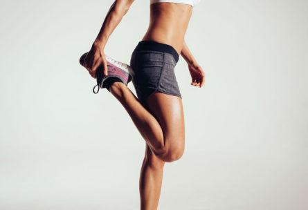 Estirar, además de ayudar a prevenir lesiones, también adelgaza (iStock)