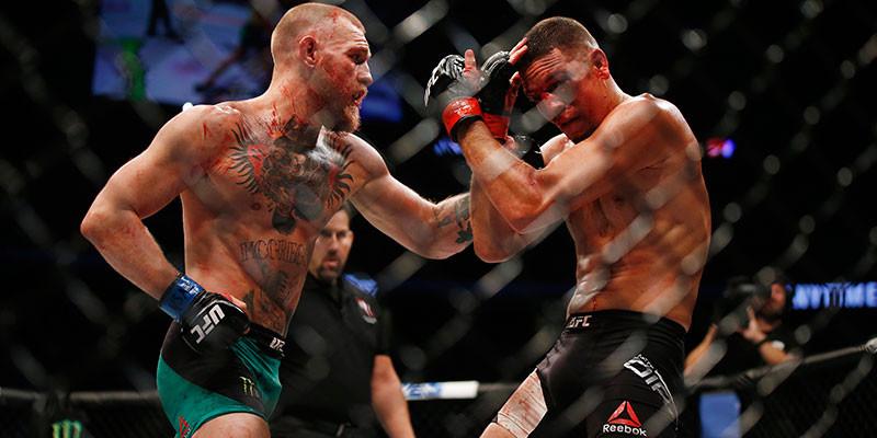 Recibir puñetazos en el estómago, después de hacer abdominales, es parte del entrenamiento de McGregor (GTRESONLINE)