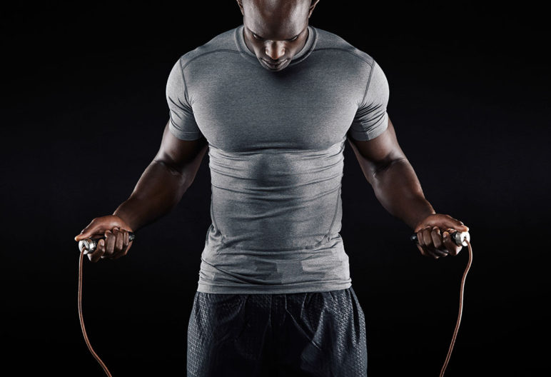 Son muchos los beneficios que tiene entrenarse saltado a la comba (iStock)