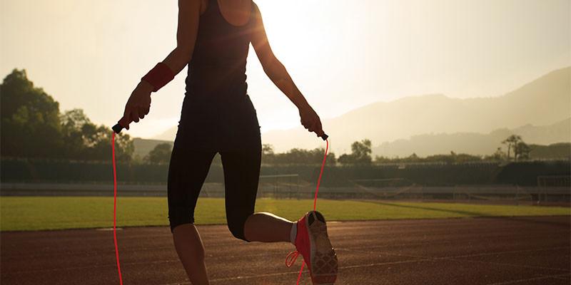 Saltar a la comba requiere mucha coordinación entre distintas partes del cuerpo (iStock)