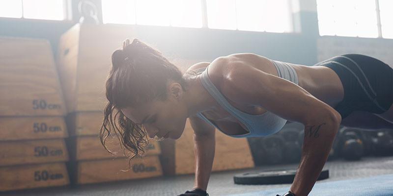 Haz flexiones dentro de un circuito de ejercicios de fuerza (iStock)