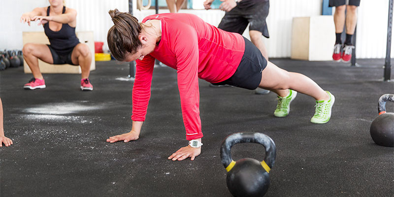 En la misma posición de hacer flexiones, se suben las rodillas alternativamente (iStock)