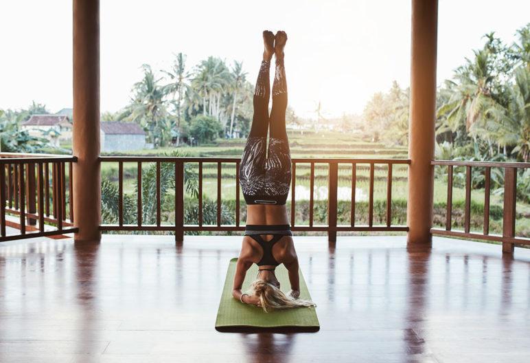 Las posturas de yoga en posición invertida no se deben hacer durante la menstruación (iStock)
