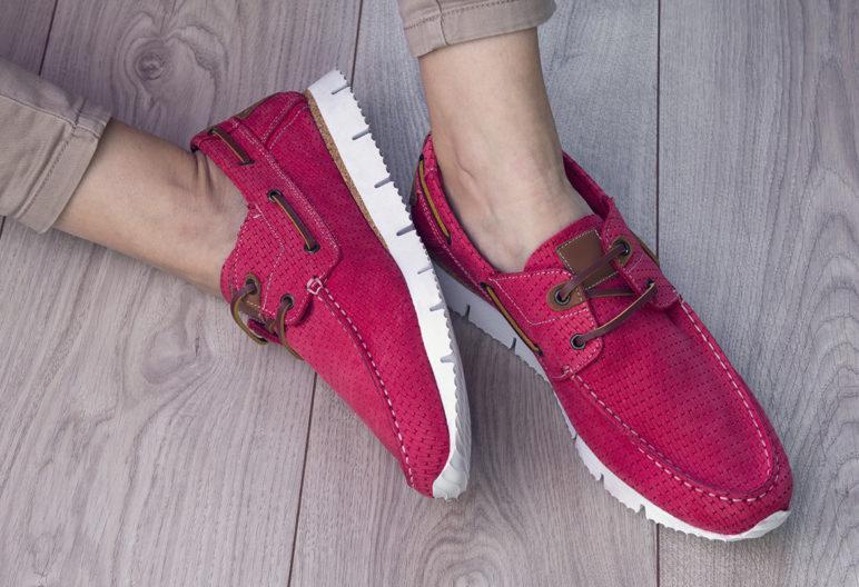 La nueva moda de llevar zapatos sin calcetines (iStock)