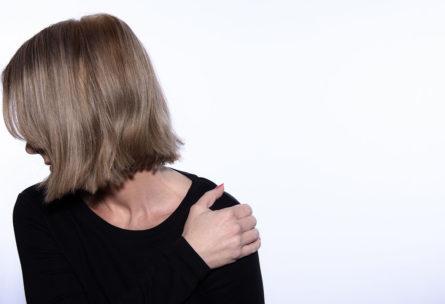 La hernia discal puede provocar dolores en brazo y hombros (iStock)