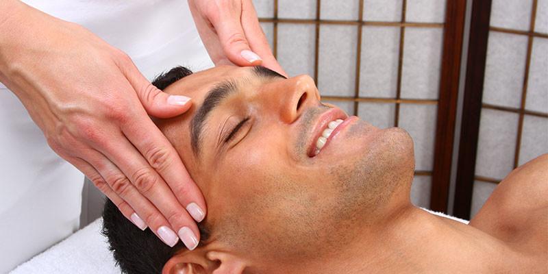 Un masaje sirve para aliviar el dolor de cabeza (iStock)