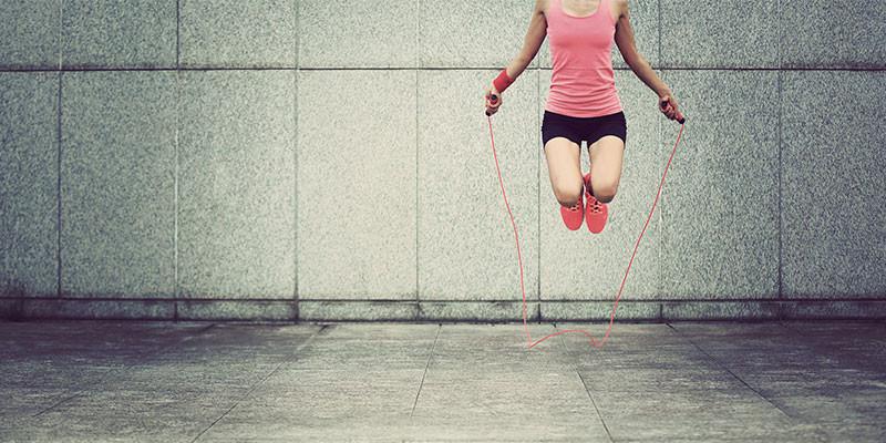 Saltar elevando las rodillas (iStock)