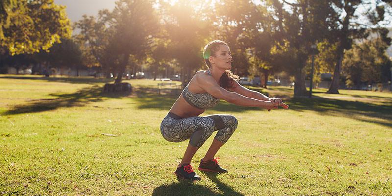Puedes hacer un circuito en el que, entre otros ejercicios, incluyas las sentadillas (iStock)