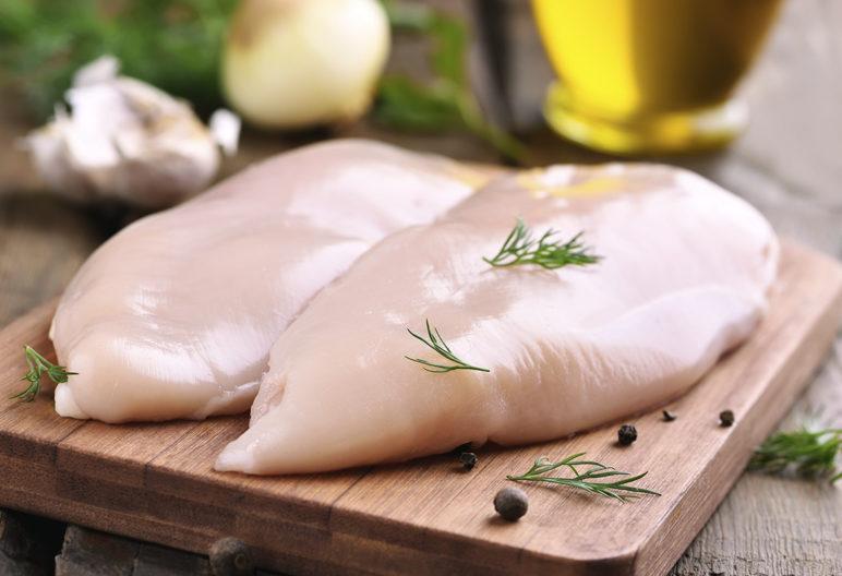 El peligro de comer pollo crudo (iStock)
