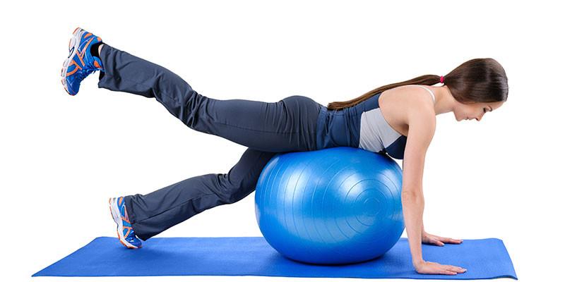 Brazos y piernas con balón medicinal (iStock)