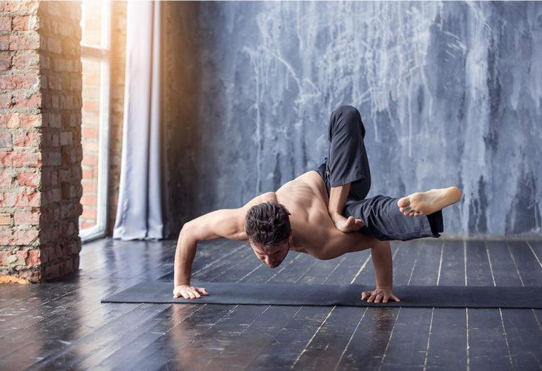 Con los años se pierde mucha flexibilidad -aunque no es el caso de la persona de la imagen- (iStock)