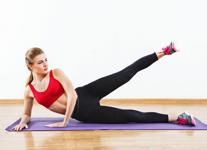 Elevación lateral de piernas (iStock)