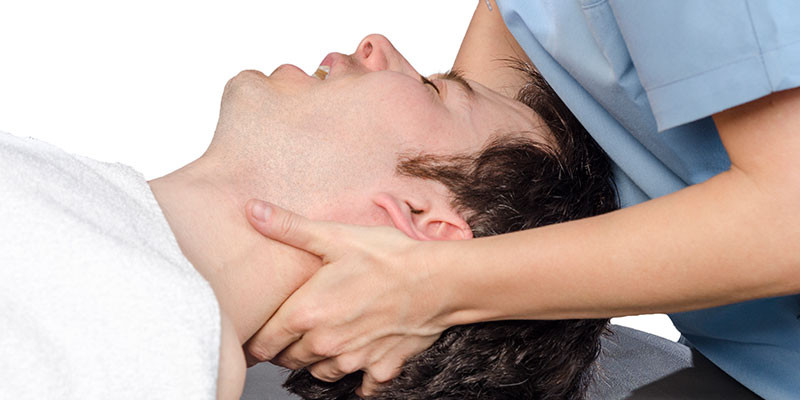 Un poquito por debajo de la base del cráneo (iStock)