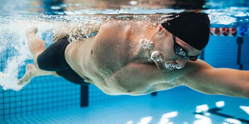 Nadar u otros ejercicios acuáticos (iStock)