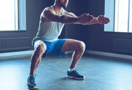Las sentadillas son uno de los principales ejercicios para fortalecer las rodillas (iStock)