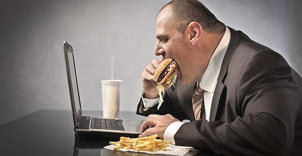 Comer frente al ordenador es un mal hábito