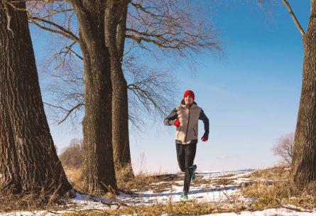 Si el malestar es leve, se puede hacer ejercicio moderado y bien abrigado (iStock)