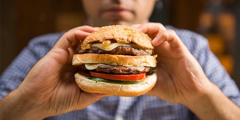 Cuánto apetece una hamburguesa cuando se tiene resaca (iStock)