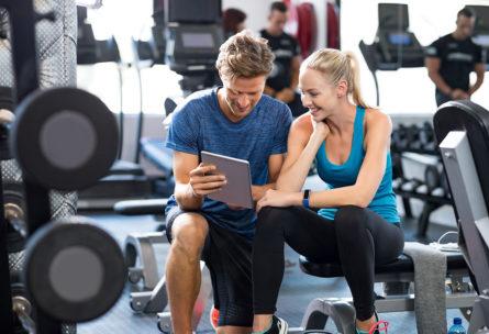 Un entrenador o entrenadora personal nos ayudará a ejercitarnos mejor (iStock)