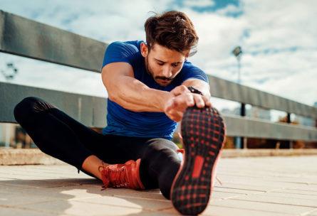 Ya está comunmente aceptado que no es bueno estirar antes de entrenar (iStock)
