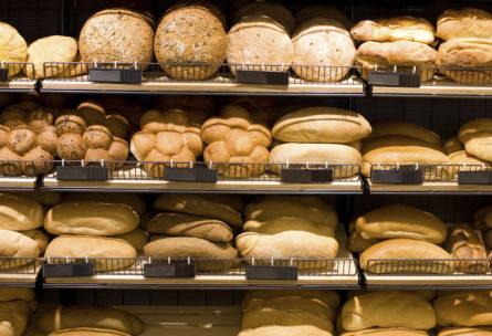 Mostrador con la variedad de pan en el supermercado (iStock)