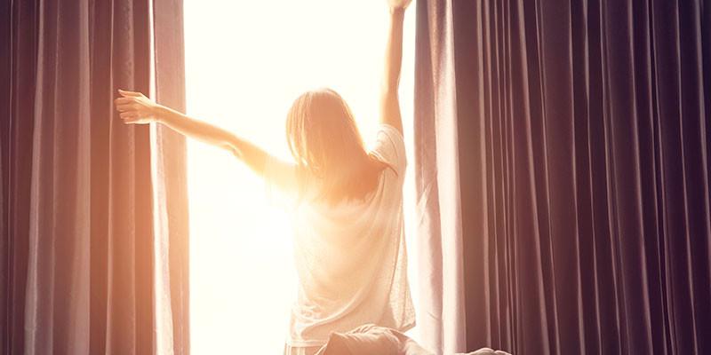 Haz unos estiramientos cada mañana, no hace falta ni que salgas de la cama (iStock)