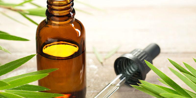 Unas gotas de aceite sobre la verruga (iStock)