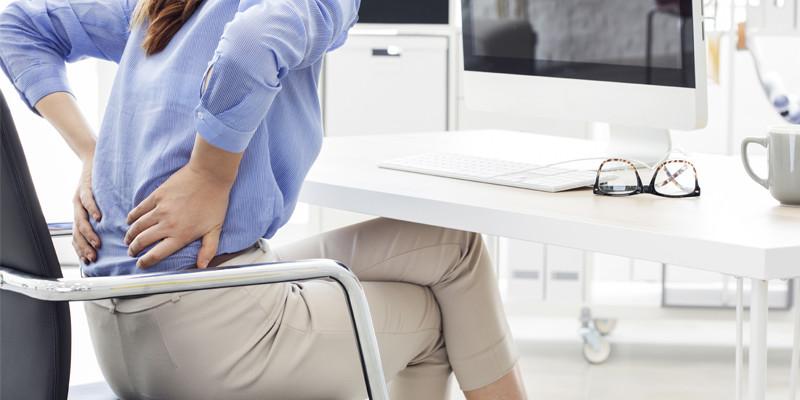 Una mala postura en el trabajo acaba pasando factura a la larga. (iStock)
