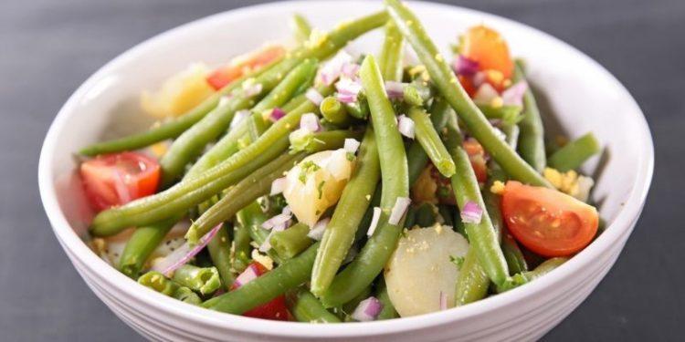 Ensalada de judías verdes aderezada con muchos ingredientes (Istock)
