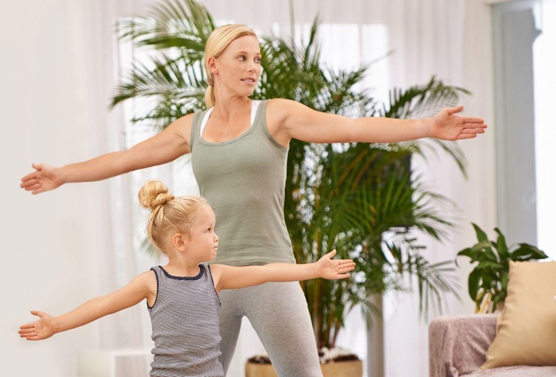 niña con madre haciendo ejercicio