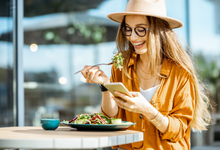 Chica joven comiendo ensalada (Istock)