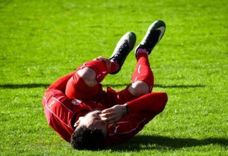 Jugador lesionado en el césped (Pixabay)